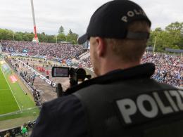 Die Hamburger Polizei erfasst in einer Datei gewaltbereite Fußballfans.