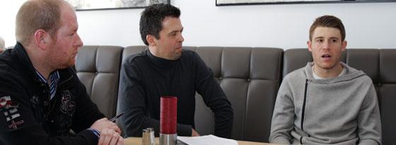 Im Gespräch: Dominique Heintz (re.) mit den kicker-Reportern Jan Reinold und Stephan von Nocks.
