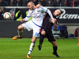 Kommt immer besser in Schwung: Hamburgs Angreifer Josip Drmic hier links gegen Frankfurts Yanni Regäsel.