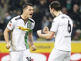 Ausgelassene Freude: Gladbachs Kapitän Granit Xhaka (li.) bejubelt den Derbysieg mit Teamkollege Havard Nordtveit.