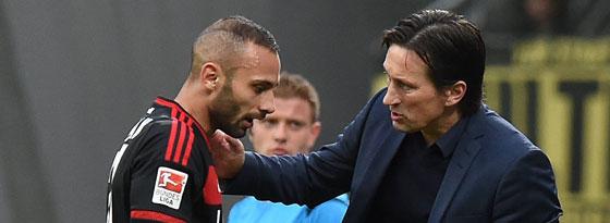 Ömer Toprak mit Trainer Roger Schmidt beim Spiel gegen Leverkusen