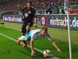 Der Schalker Geis wird attackiert von Frankfurts Huszti.