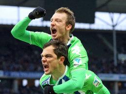 Maximilian Arnold, hier mit Marcel Schäfer, verlängert beim VfL Wolfsburg bis 2020.