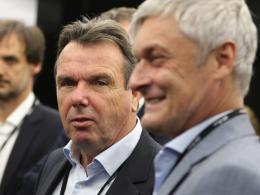 Dementierte Spekulationen, wonach Trainer Armin Veh (r.) aufhören werde: Eintracht-Vorstandsboss Heribert Bruchhagen.