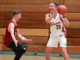 Treffen sich in ihrer Freizeit häufiger: Mitchell Weiser und Yannick Gehrhardt beim Basketball-Spielen.