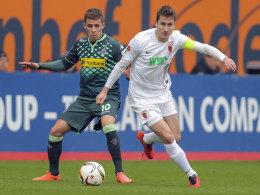 Augsburgs Kapitän Paul Verhaegh, hier gegen Gladbachs Hazard.