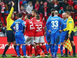 Der Mainzer Donati sieht Rot nach dem Nachtreten gegen Wagner.