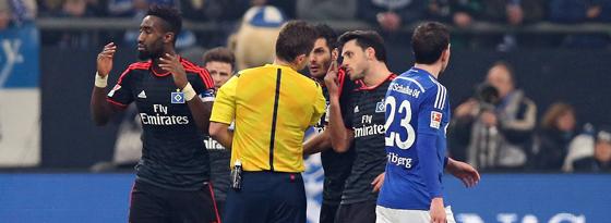 Vom Platz gestellt: Johan Djourou (li.) beim Spiel auf Schalke.