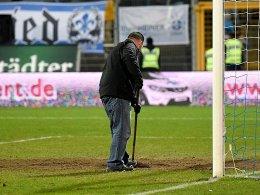 Hoffnungsloser Fall: Der Rasen in Darmstadt ist nicht mehr zu retten.