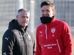 Christian Gentner (r.) beruhigt VfB-Trainer Jürgen Kramny, seine Auswechslung sei eine Vorsichtsmaßnahme gewesen.