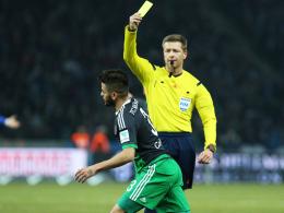 Gesperrt: Schalkes Junior Caicara sieht in Berlin von Schiedsrichter Tobias Welz die fünfte Gelbe Karte.