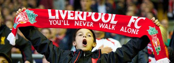 Ein junger Liverpool-Fan an der Anfield Road