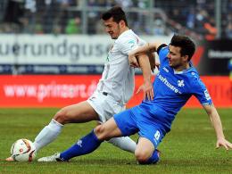 Jüngster Augsburger Bundesligaspieler: Albian Ajeti (li.) debütierte gegen Darmstadt und wird hier von Jerome Gondorf attackiert.