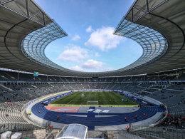 Die Laufbahn sorgt für Distanz: das Olympiastadion in Berlin