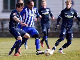 Herthas Ronny (Mi.) im Test gegen die U23