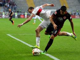 Stieg bereits am Montag in seinen Flieger gen Frankfurt: Eintracht-Verteidiger Carlos Zambrano (r., gegen Kevin Großkreutz).