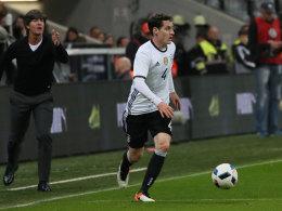 Sebastian Rudy, im Hintergrund Bundestrainer Joachim Löw