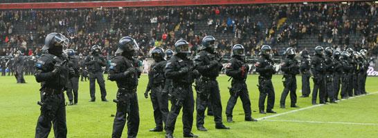 Eskalation in Frankfurt: Polizeieinsatz gegen Randalierer auf dem Spielfeld.