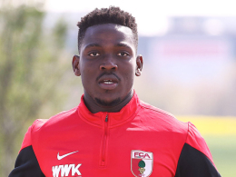 """""""Es wird bis Samstag sehr eng"""": Augsburgs Abwehrspieler Daniel Opare wird wohl auch auf Schalke ausfallen."""