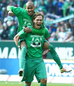 Bremen feiert den Klassenerhalt: Vestergaard tr�gt Gebre Selassie auf dem R�cken.