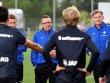 Scharte zum Auftakt 14 Spieler und sein Trainerteam um Frank Heinemann (li.) und Efthimios Kompodietas um sich: Norbert Meier.