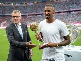 Boateng nimmt Auszeichnung entgegen