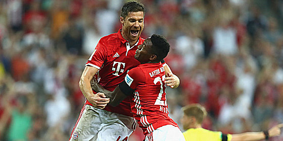 Jubelspr�nge: Xabi Alonso und David Alaba (re.) nach dem 1:0.