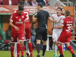 Rot: Aufregung nach dem bösen Foul von José Rodriguez (l.).