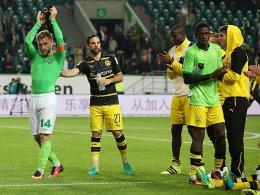 Jakub Blaszczykowski nach dem Spiel mit den Ex-Teamkameraden in der Dortmunder Kurve.