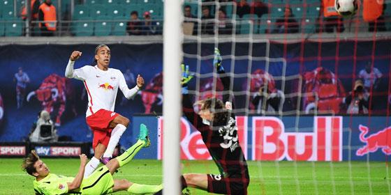 Erstes Bundesliga-Tor: Leipzigs Poulsen wuchtet den Ball ins FCA-Tor.