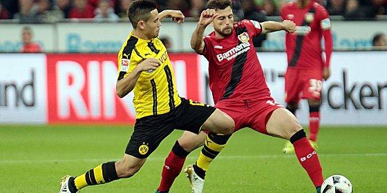 Leverkusens Torschütze Mehmedi (re.) gegen Dortmunds Guerreiro