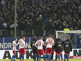 Fans haben genug gesehen: Die HSV-Spieler bekommen die Wut zu spüren.