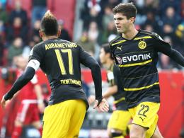 Torschützen unter sich: Christian Pulisic (re.) jubelt mit Dortmunds Goalgetter Pierre-Emerick Aubameyang.