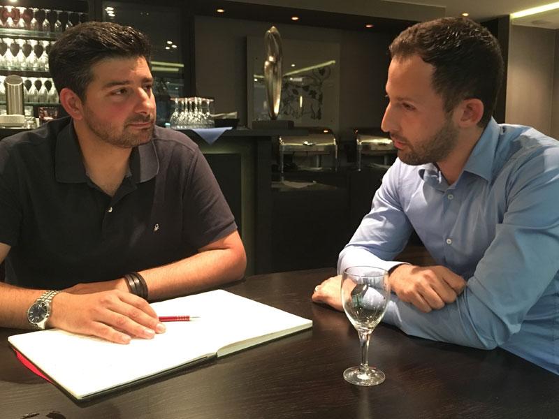 Im Gespräch: kicker-Redakteur Toni Lieto und Domenico Tedesco.