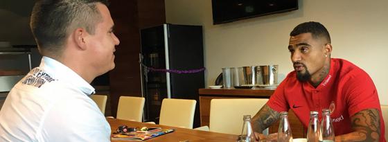 Kevin-Prince Boateng und kicker-Redakteur Julian Franzke beim Interview-Termin.