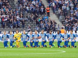 Solidarität und Toleranz: Hertha kniet ohne Hymne