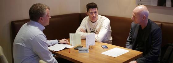 Interview: Robert Lewandowski mit den kicker-Reportern Frank Linkesch (l.) und Karlheinz Wild.