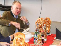 Rummenigge löst Wurst-Versprechen beim FCI ein
