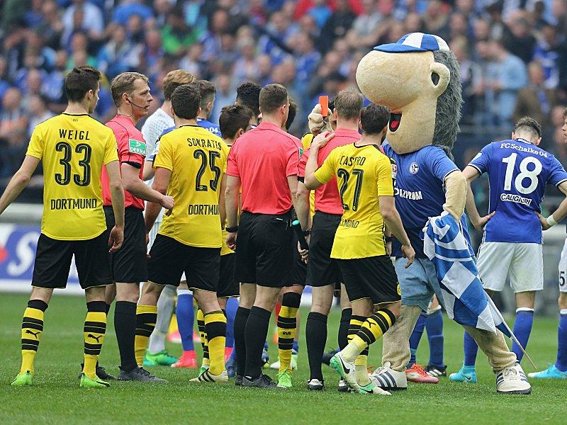 BVB-Fans bewerfen Schalke-Maskottchen vor dem Revierderby