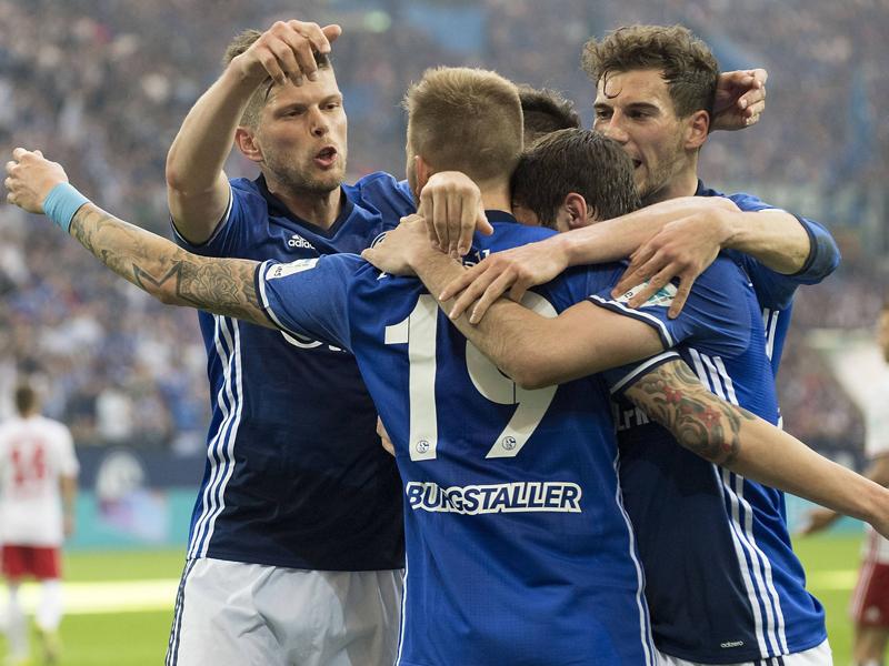 Lukrativer Werbeträger Die Trikots des FC Schalke 04