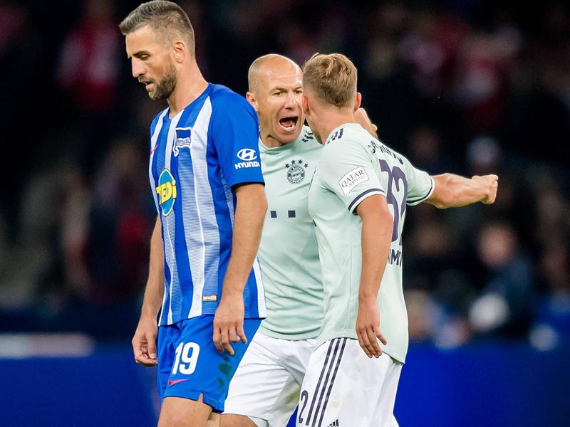 Arjen Robben und Joshua Kimmich diskutieren in Berlin