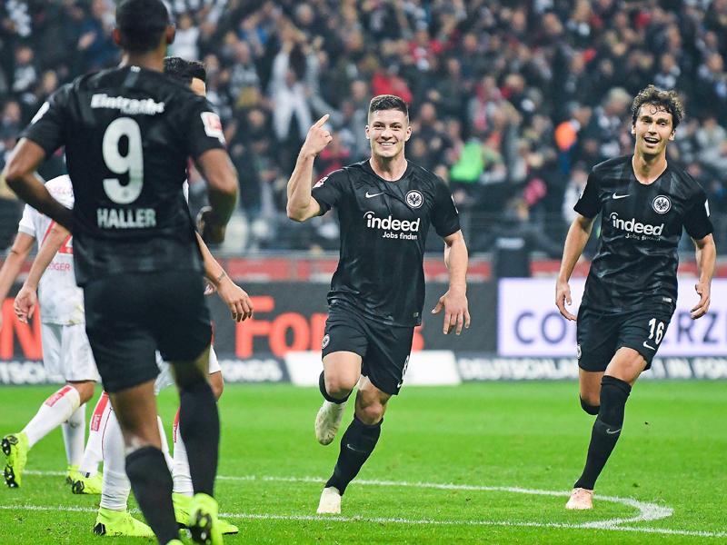 Jovic feiert mit Haller - die beiden Frankfurter waren für die sieben Treffer gegen Düsseldorf verantwortlich.