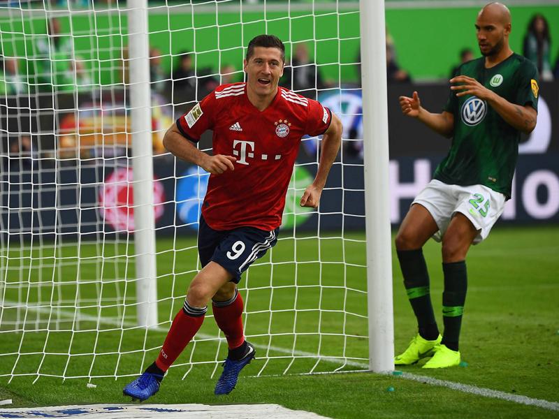 Eiskalt vollstreckt: Lewandowski dreht nach dem 1:0 in Wolfsburg jubelnd ab.