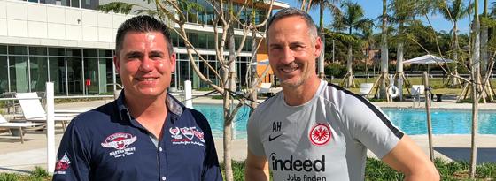 Frankfurts Trainer Adi Hütter und kicker-Reporter Julian Franzke