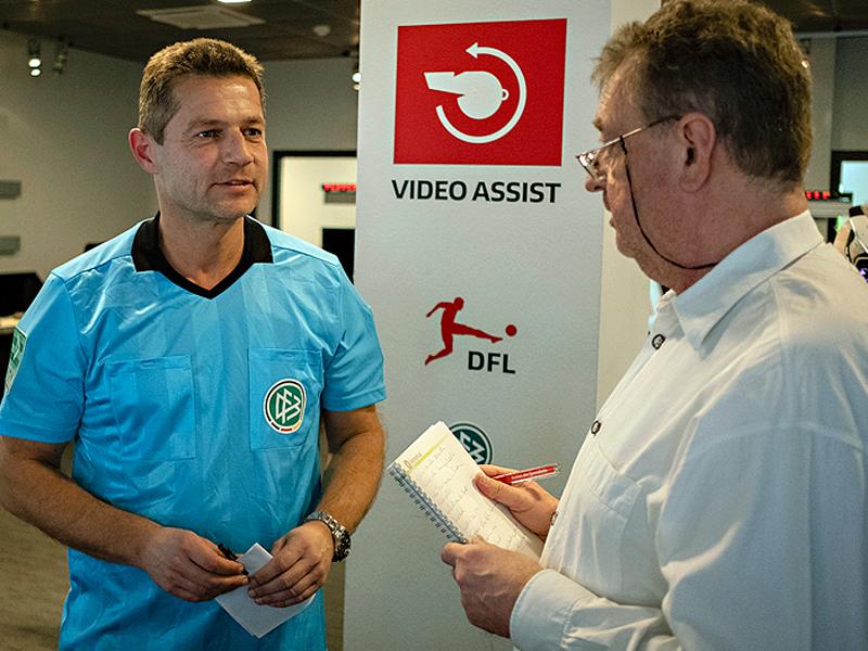 Nachbetrachtung: Videoassistent Günter Perl im Gespräch mit kicker-Redakteur Thomas Roth.