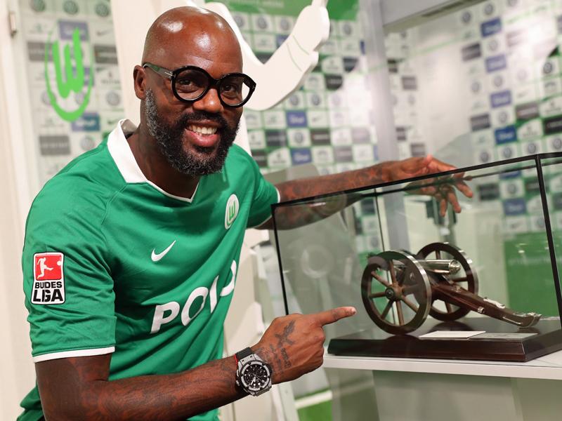 Auch die kicker-Kanone ist beim VfL Wolfsburg ausgestellt.