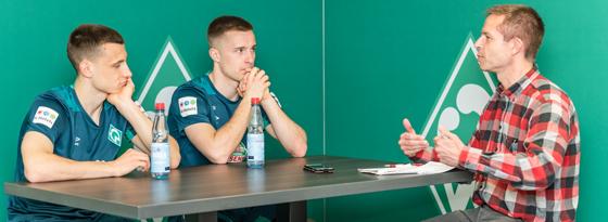 kicker-Redakteur Thiemo Müller im Gespräche mit den Gebrüdern Eggestein.