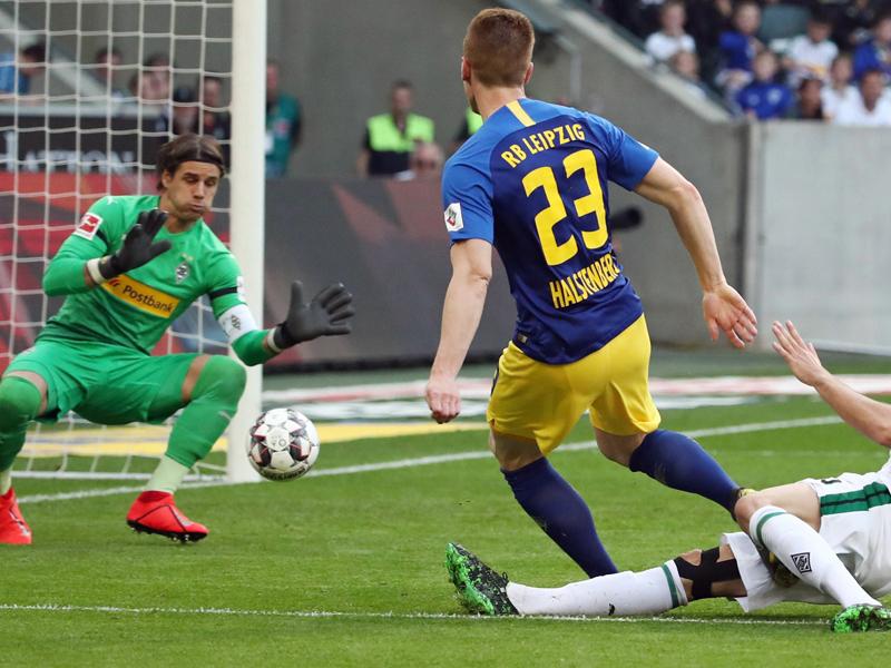 Leipzigs Marcel Halstenberg  trifft zum 2:0 in Gladbach.