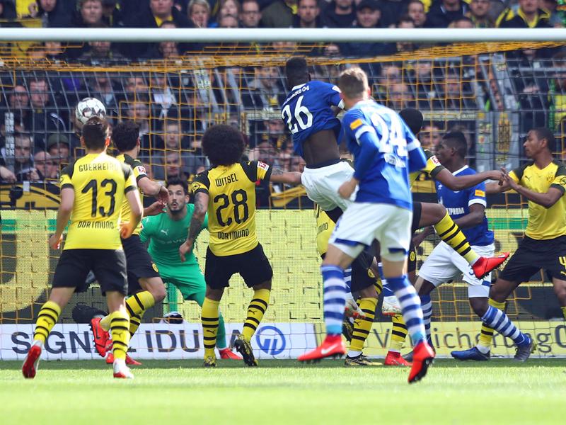 Schalkes Salif Sané köpft zum 2:1 für die Knappen in Dortmund ein.