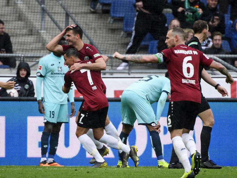 Hannovers Hendrik Weydandt kann sein Glück kaum fassen - 1:0-Torschütze gegen Mainz.